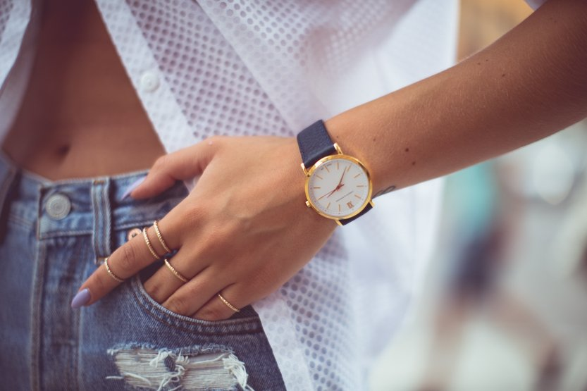 KenzaZouiten_whiteshirt_jeansshorts-4