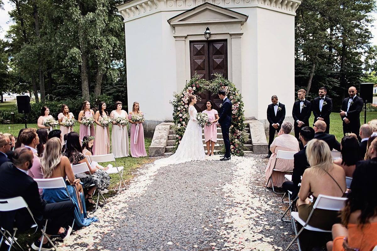 """2bbbd97f1c5c Temat för hela bröllopet var ju """"förtrollad trädgård"""" och hur nailar man  den om inte med grönt och blommor i stora mängder?"""