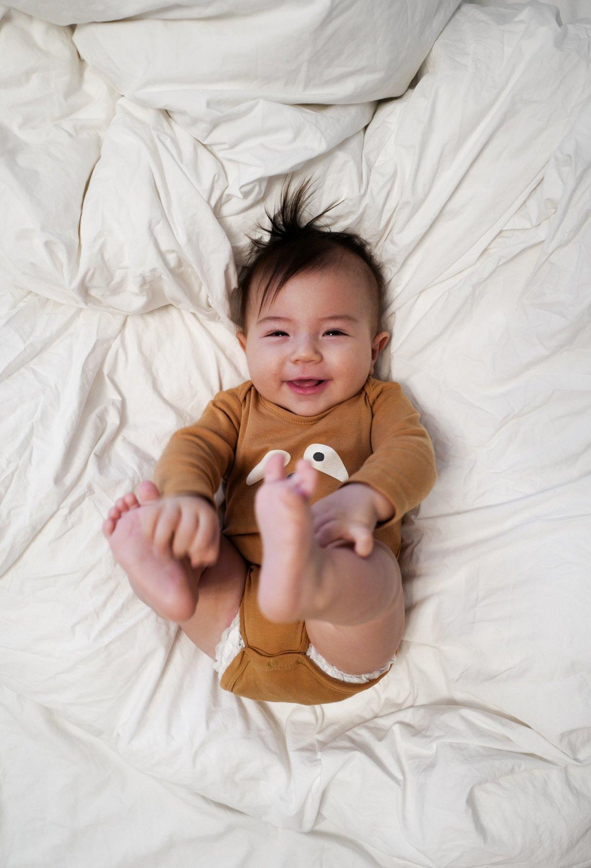 Bebisutveckling 7–9 månader: Lära sig krypa och mer – MAM